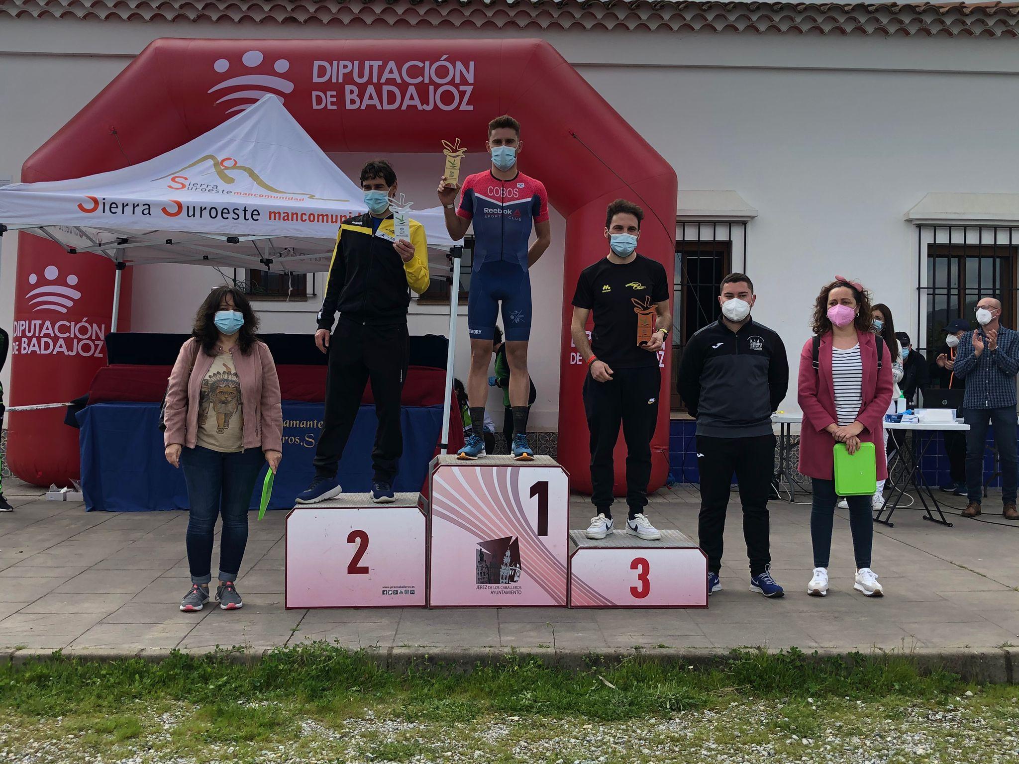Carlos Cobos y María Remedios Mendoza ganan el I Duatlón Cros Dehesa de Jerez en Extremadura
