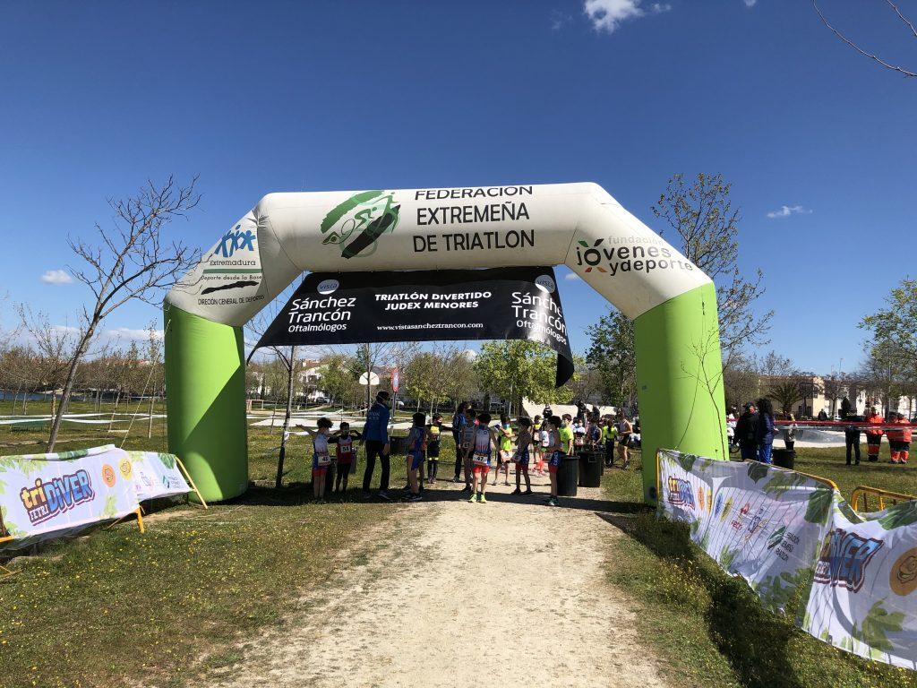 Jornada de fiesta en Casar de Cáceres con el triatlón en edad escolar