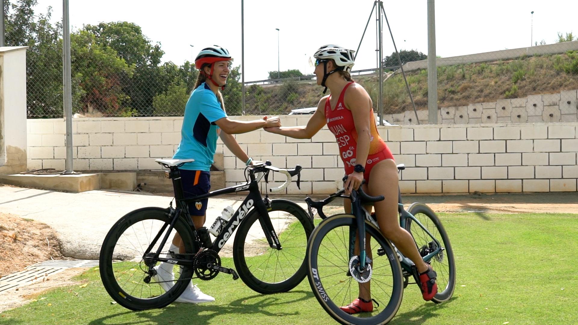 El doble desafío entre la triatleta Noelia Juan y el Valencia C.F. Femenino antes del Campeonato de Europa de Triatlón València 2021